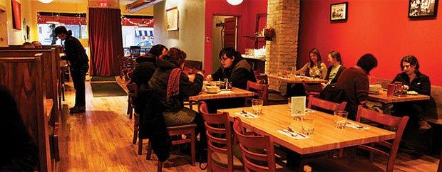 Diners at Sen Yai Sen Lek