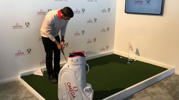 Michael Phelps putting at the Ryder Cup