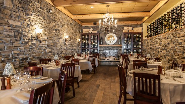 Gianni's Steakhouse dining room