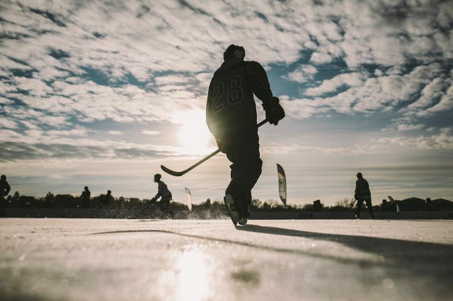 Hockey player skating.