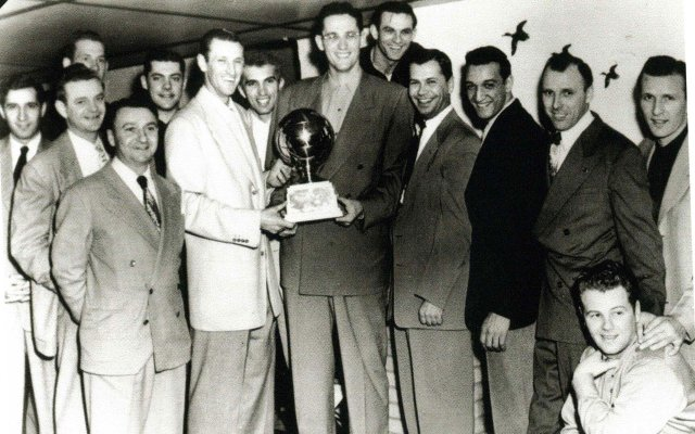 Sid-Hartman-and-Lakers-players.jpg