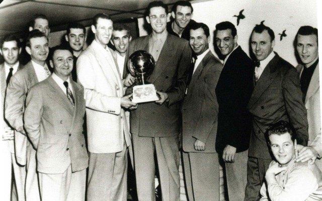 Sid-Hartman-and-Lakers-players.jpg