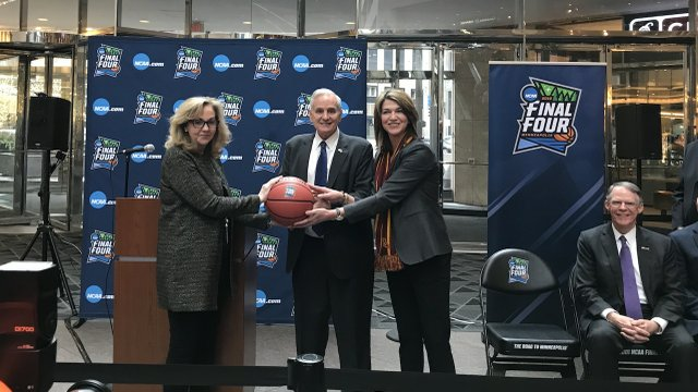 Minnesota Governor Mark Dayton at the handoff from Super Bowl to Final Four planning committee