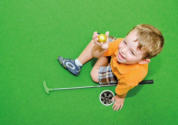 Kid mini-golfing