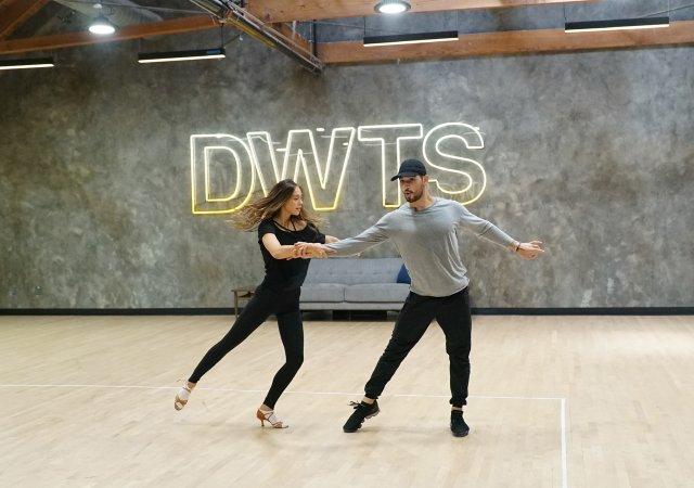 Alan Bersten and Alexis Ren dancing
