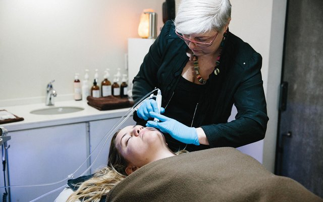 Catherine LLeras performing the HydraFacial on a HAUS Salon spa client