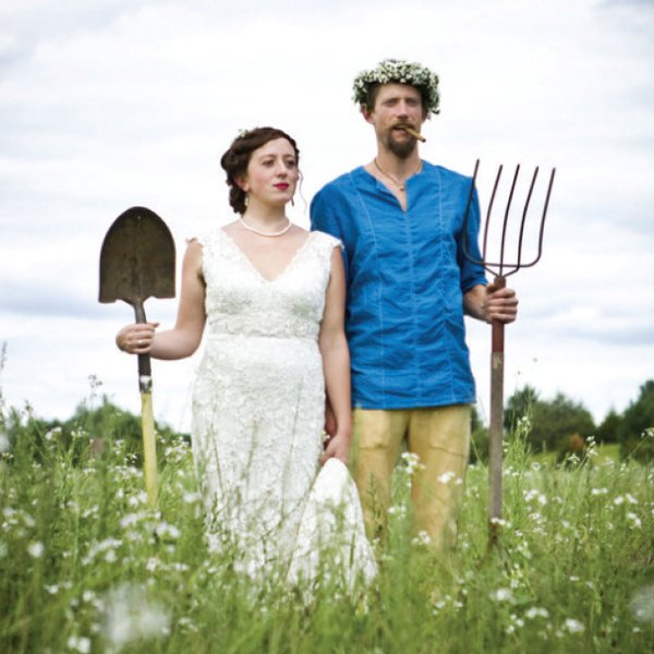 a couple mimicking the american gothic painting