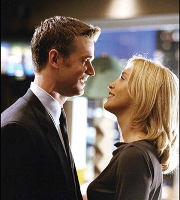 Peter Krause with Felicity Huffman in Sports Night