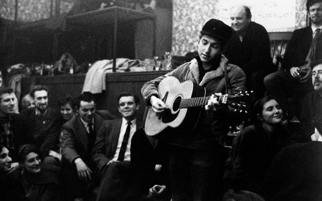 Bob Dylan performing at the Singers Club