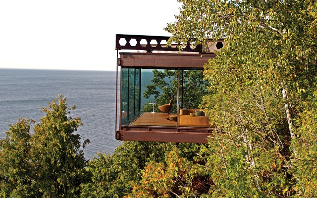 A James Bond-esque Lake Michigan Summer House in Wisconsin