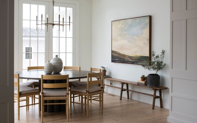 Dinning room with a round table