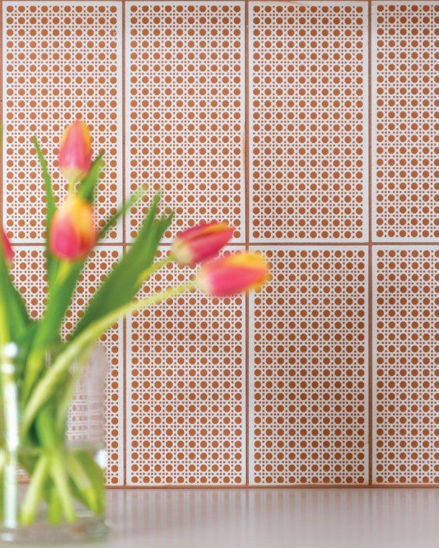 tulips with backsplash